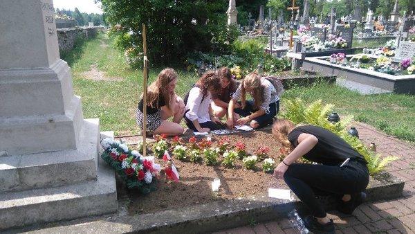 600x0_gra-miejska-w-drodze-14-cmentarz-przy-pomniku-powstancow