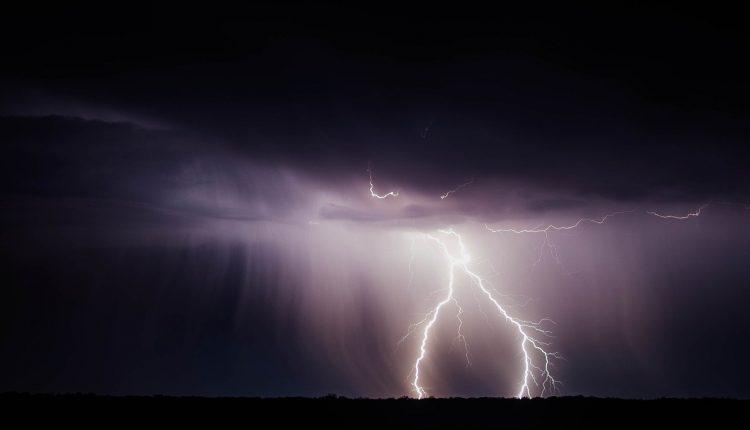 lightning-bolt-768801_1920