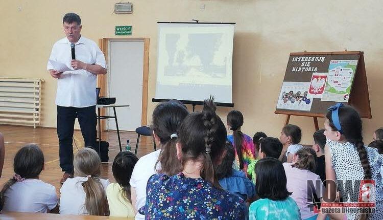 Spotkanie z uczniami w sali ginastycznej SP nr 3 w Biłgoraju